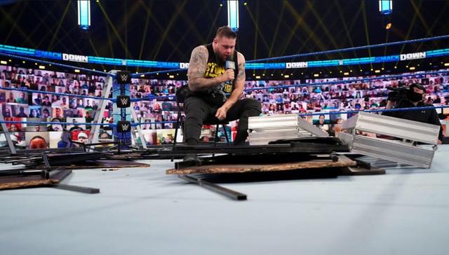 Kevin Owens se levanta despues de una Paliza de Roman y Jey