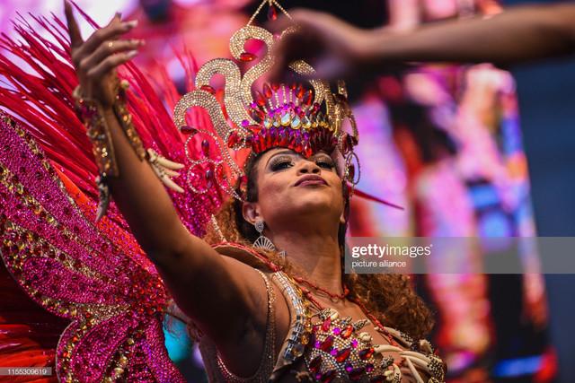 12-July-2019-Bavaria-Coburg-The-Samba-Queen-from-Rio-de-Janeiro-Bianca-Monteiro-dances-on-one-of-the