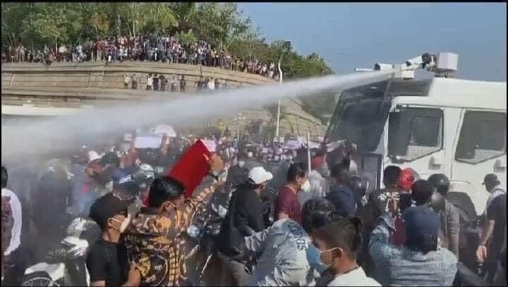 DRŽAVNI MEDIJI IGNORIŠU PROTESTE! Policija vodenim topovima na demonstrante  u Mijanmaru - GlobalCir