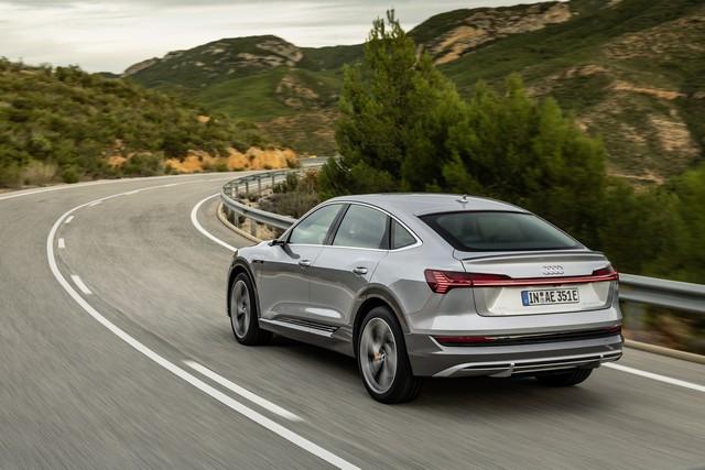 Audi améliore encore la gamme de produits e-tron : Recharge d'une puissance de 22 kW en courant alternatif, pour un plus grand confort de conduite A1915277large