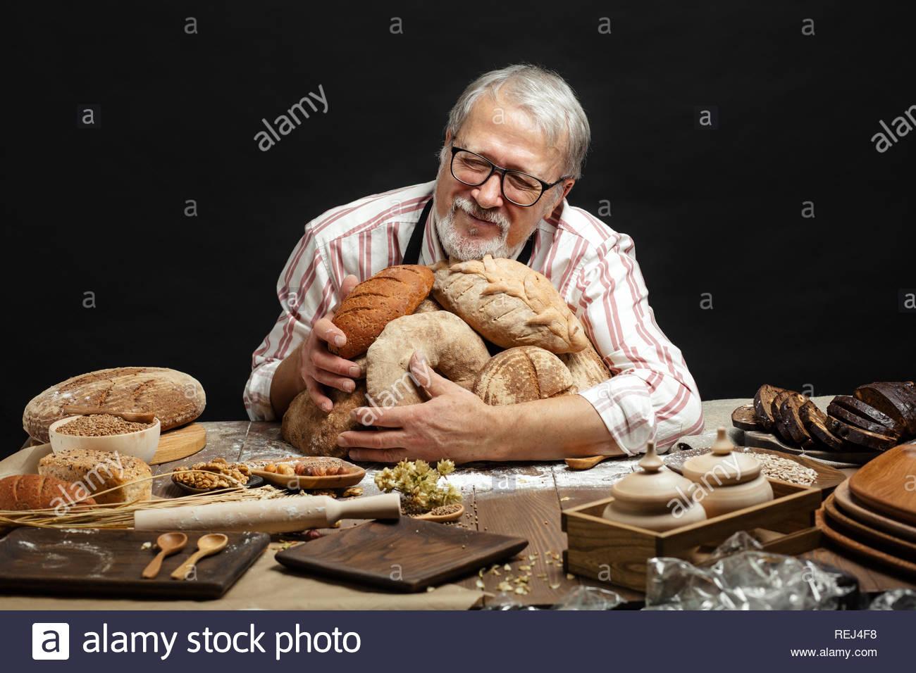 [Imagen: feliz-viejo-baker-mirando-a-la-camara-y-...rej4f8.jpg]