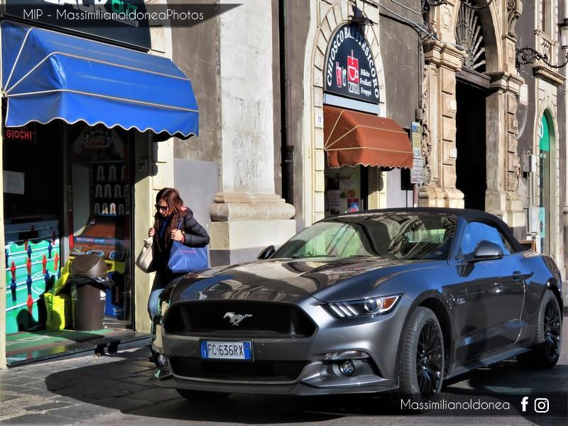 Avvistamenti auto rare non ancora d'epoca - Pagina 19 Ford-Mustang-Convertible-GT-4-9-421cv-16-FC636-RX