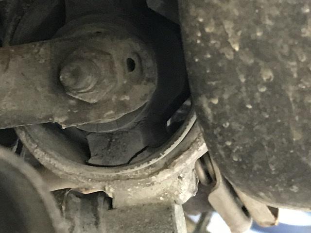 Support moteur inférieur (anti-couple) usé, à changer ? [photo] 98647443-25-E4-43-D3-90-EF-600-F4011-B485