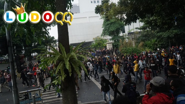 Demo di Gedung Sate Rusuh Aparat dan Massa Saling Lempar Batu