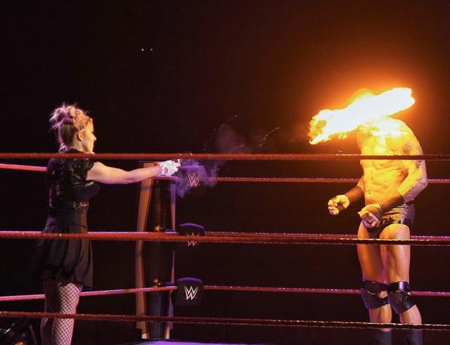 Alexa Bliss quema con fuego a Randy Orton RAW 11 de Enero