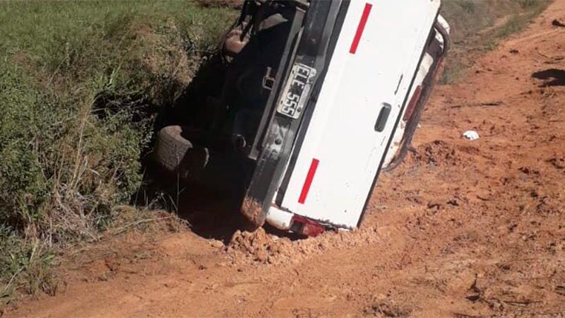 Despiste y vuelco de una camioneta que pertenece al municipio de Estancia Grande