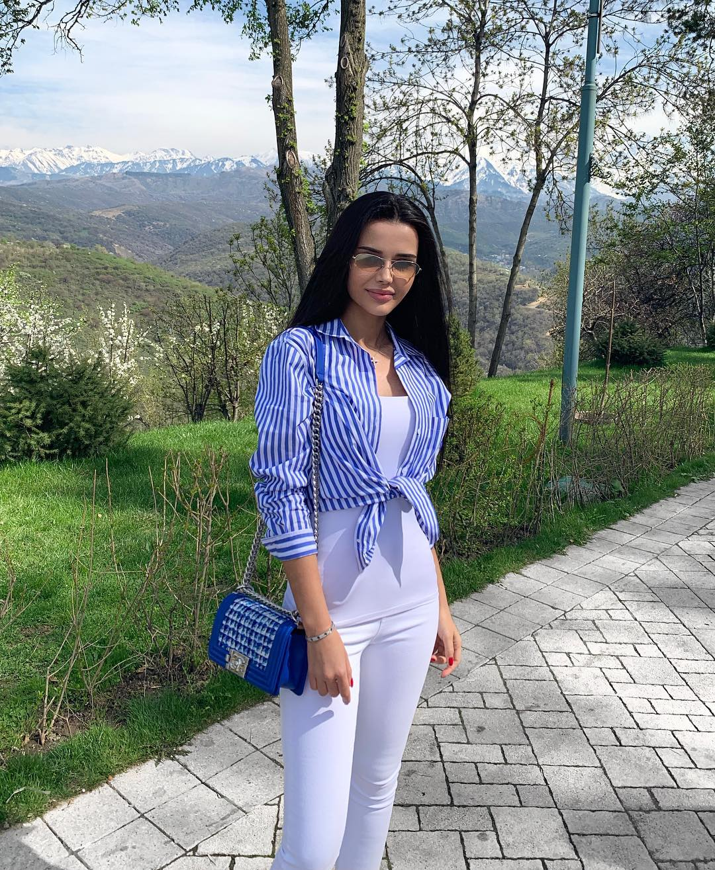 Yana-Orfeeva-Wallpapers-Insta-Fit-Bio-3