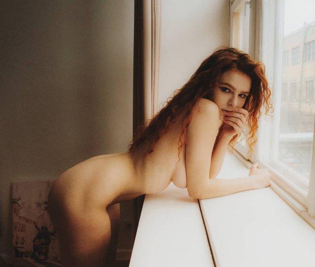 Карина Силантьева голая у окна