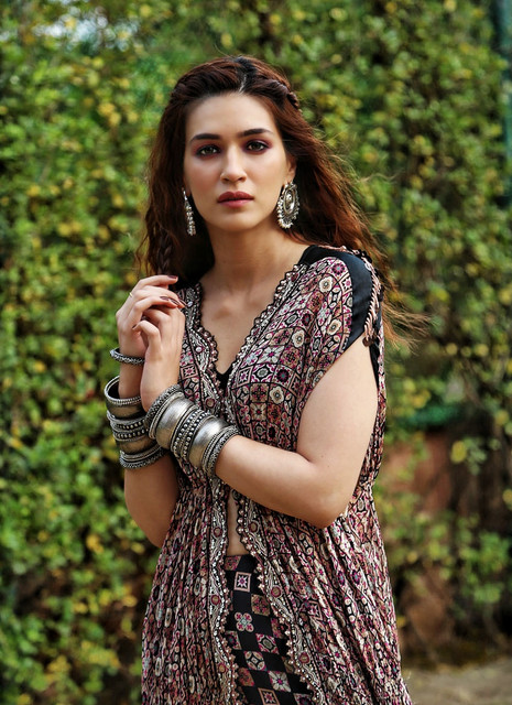 arjun-kapoor-kriti-sanon-snapped-promoting-film-panipat-in-new-delhi-157493963700-01