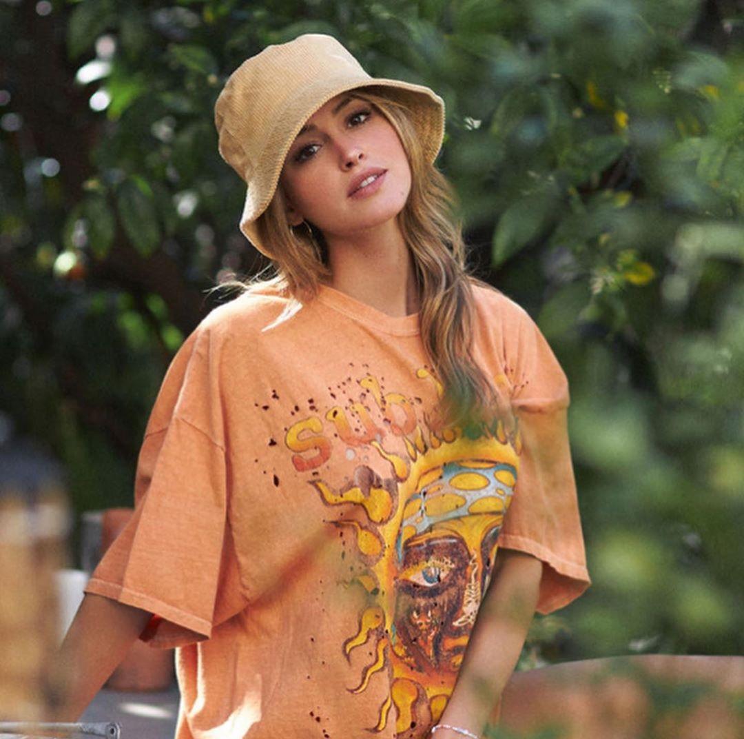 Gigi-Paris-Wallpapers-Insta-Fit-Bio-4