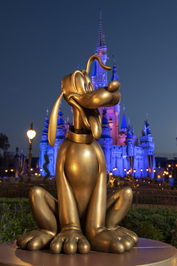 50 ans WDW : le point et le bilan - Page 6 Pluto-at-Magic-Kingdom-Park-is-one-of-the-Disney-Fab-50-golden-character-sculptures-appearing-in-all