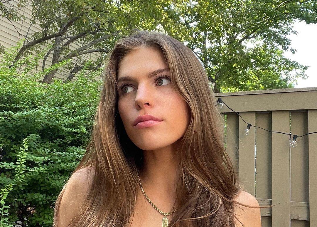 Ashley-Bedard-Wallpapers-Insta-Fit-Bio-8