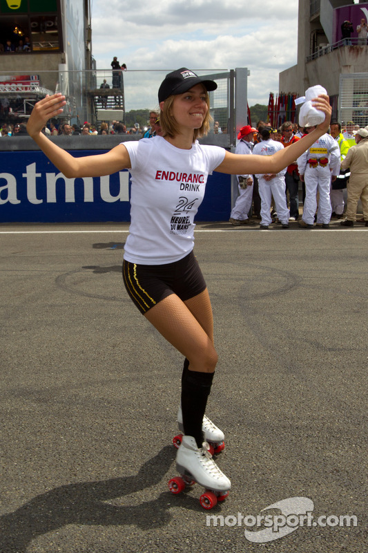 06-12-06-2011-Le-Mans-France-Race-A-cute-Endurance-Drink-girl
