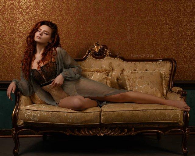 Карина Силантьева в комбинации на диване
