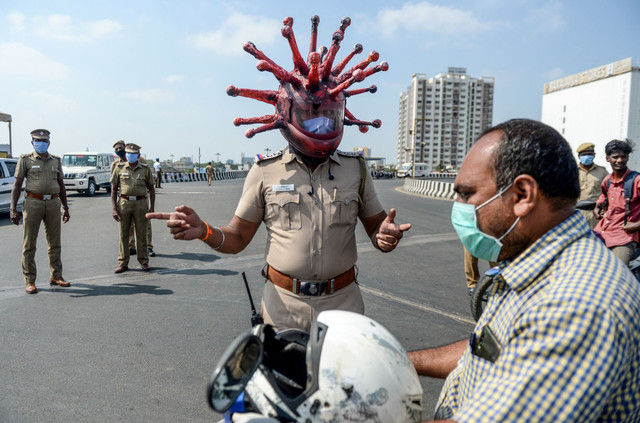 indian-police-put-on-a-unique-helmet-of-the-invisible-sarscov2-virus-to-scare-people-out-of-their-ho