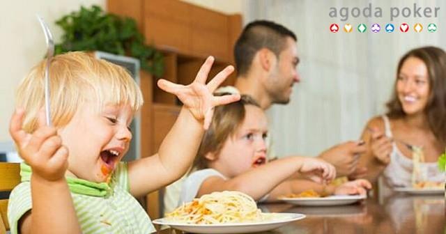 5 Efek Buruk Saat Selalu Menyuapi Anak