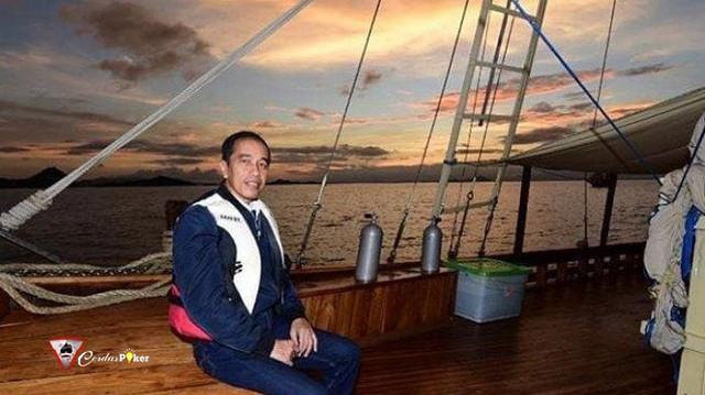 Di Labuan Bajo, Jokowi Nikmati Sunset di Atas Kapal Pinisi