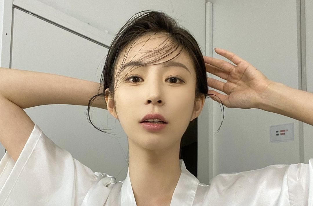 Bora-Kim-Wallpapers-Insta-Fit-Bio-16