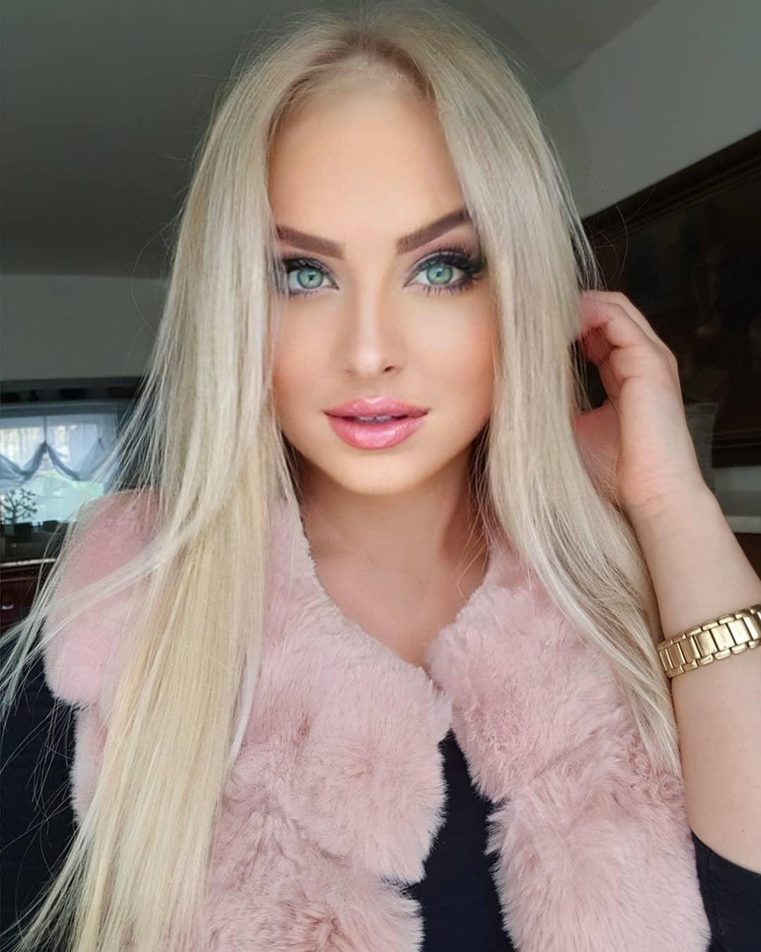 Veronica-Hunkova-Wallpapers-Insta-Fit-Bio-14