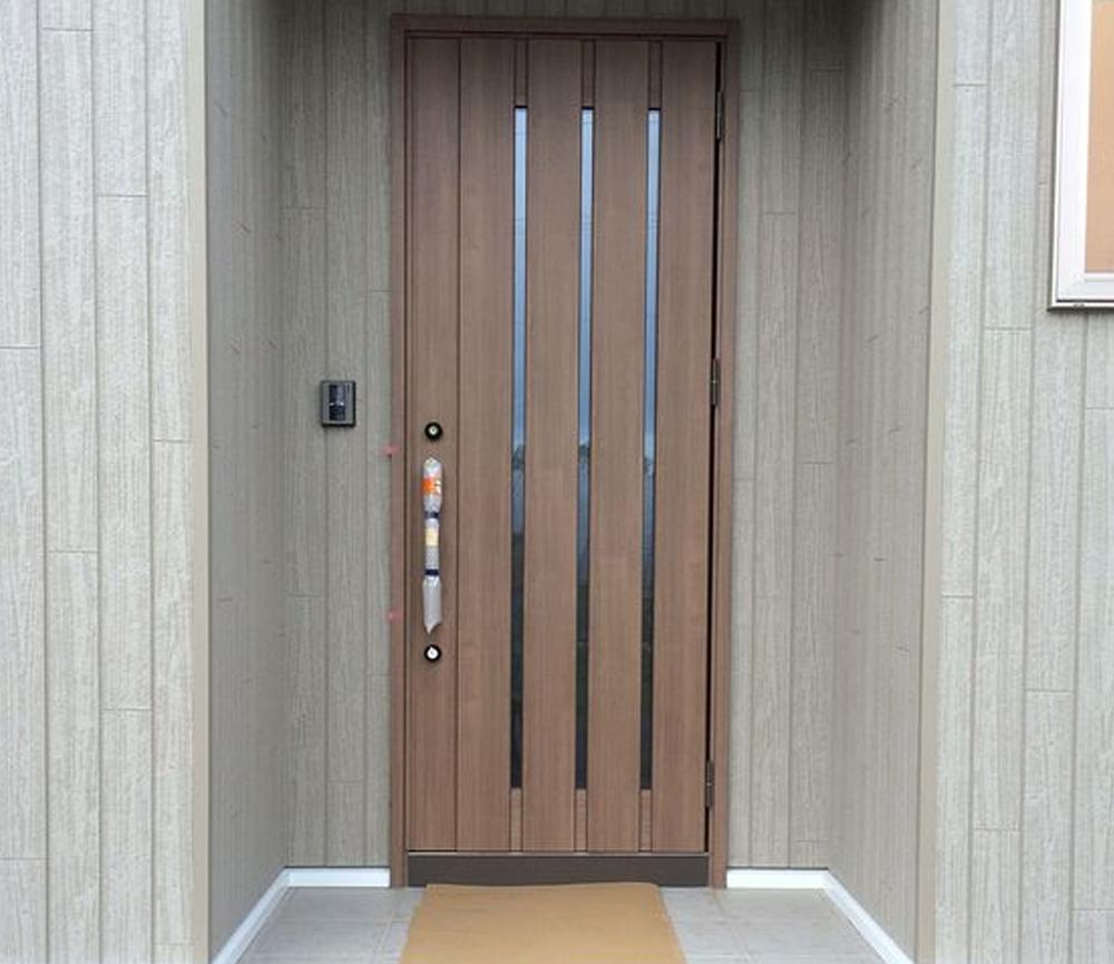 Desain Pintu dengan Kombinasi Kayu dan Kaca