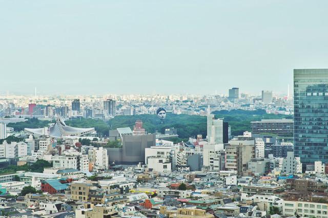 東京的天上出現6-7層樓高的巨大人臉裝置藝術,人像是採用某位真實存在的人 E6-Yi-NSIVo-AMod5s