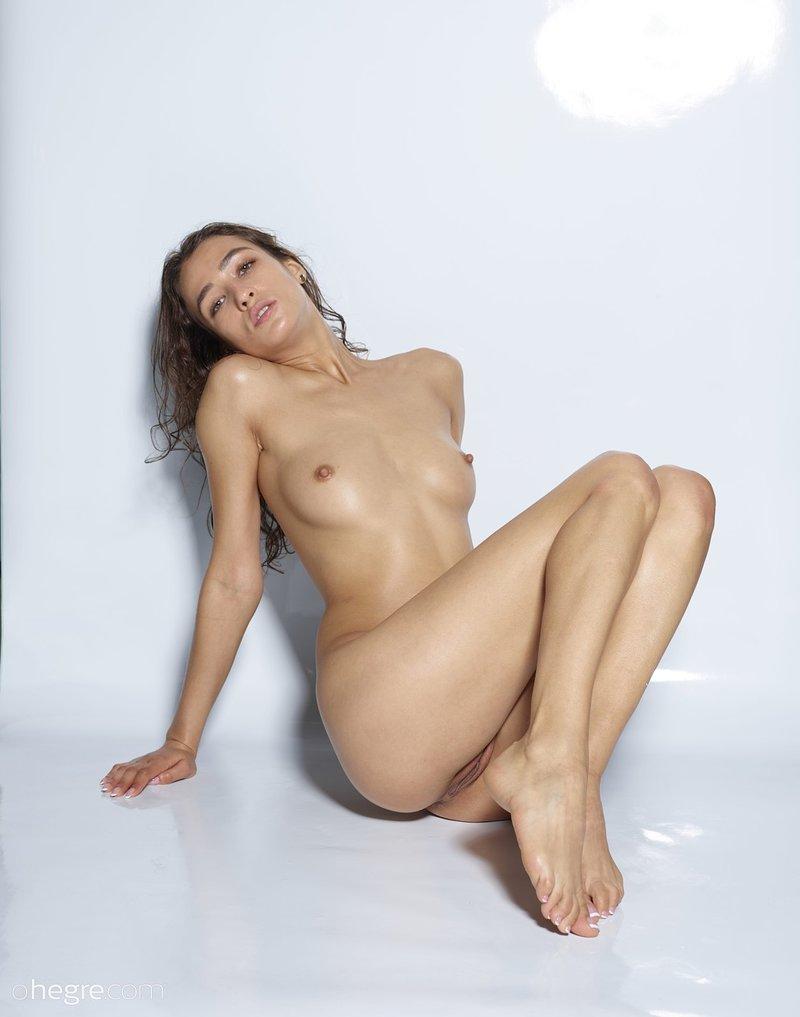 seductive-vixen-sashenka-poses-naked-wearing-just-her-running-sneakers-09-w800