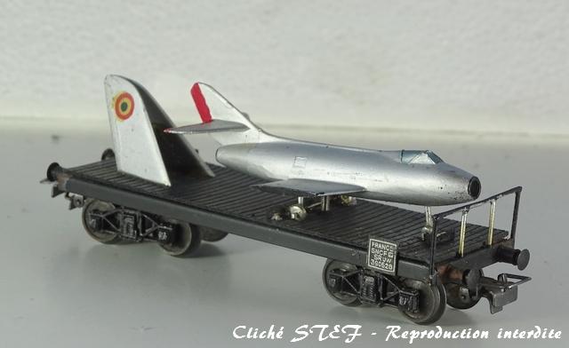Wagons plats à bogies maquette et semi maquette chargés VB-plat-bogies-semi-maquette-noir-avion-DSC00280-R