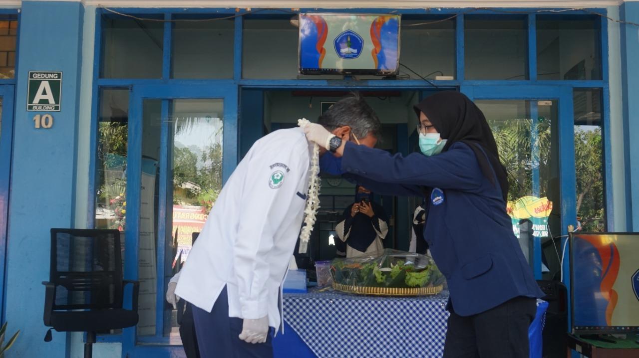 Prof Dr Bambang Guruh Irianto AIM MM menerima pengalungan rangkaian bunga di Kampus Poltekkes Kemenkes Surabaya, Kamis (23/7).