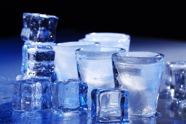 Frozen-glasses-and-ice-cubes-with-cold-alcohol-drink