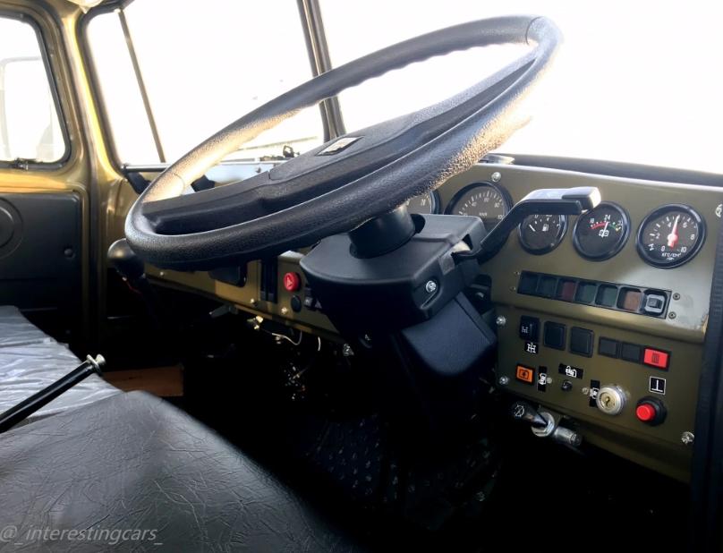 """Урал-432007-30 - кабина. Руль справа. Рычаг КПП и """"ручник"""" слева от водителя, непривычно"""
