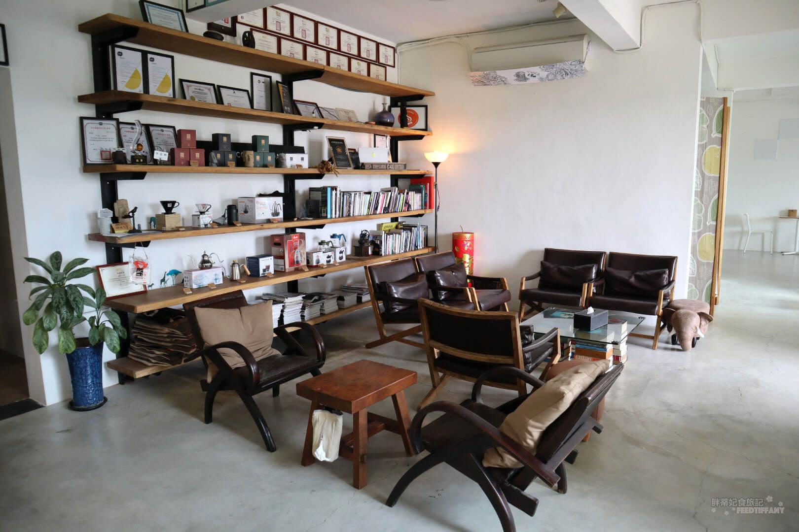 Twi A錘子咖啡烘焙坊 的內部環境,架上都是滿滿的獎牌與相關咖啡書籍以及用具。