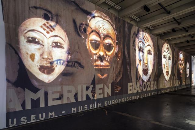 Theo Eshetu geb 1958 London Atlas Fractured 2017 Auf Banner projiziertes Digital video Farbe Ton35 m