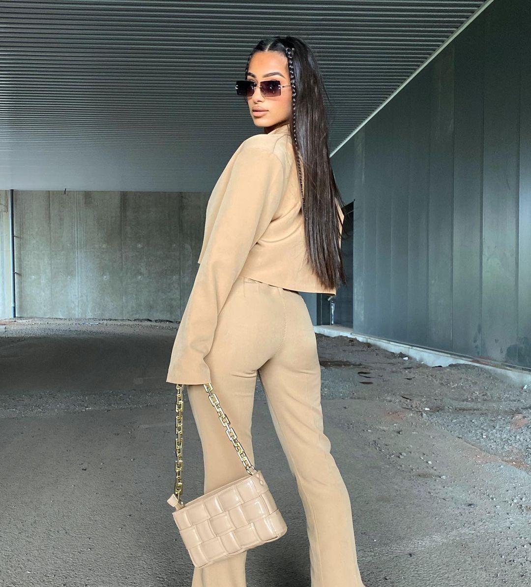 Sabrina-Khouiel-Wallpapers-Insta-Fit-Bio-4
