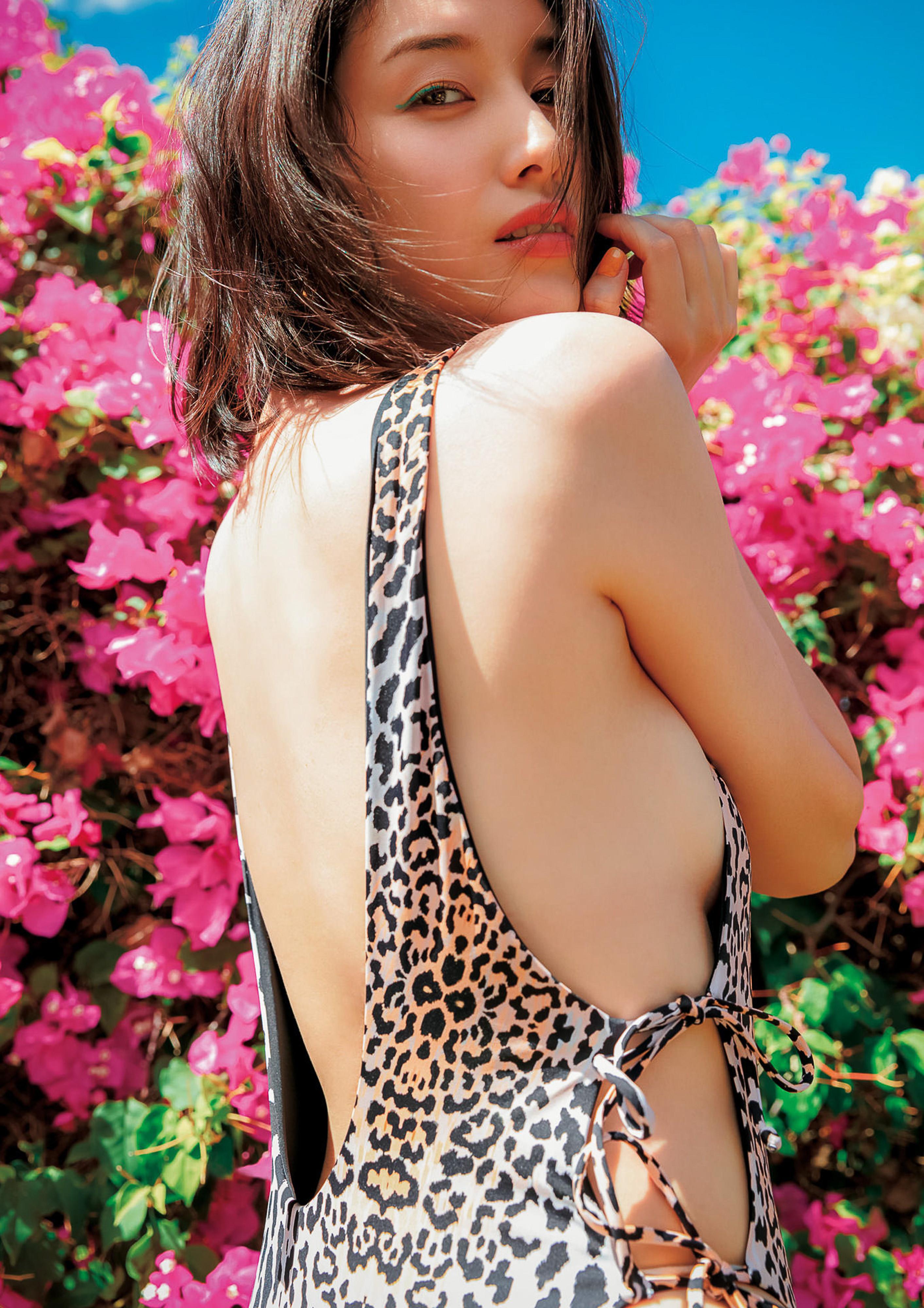 Hashimoto-Manami-db-hugging-in-Hawaii-117