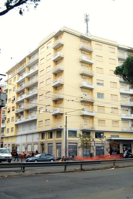 Direzione dei lavori di restauro di due facciate, con i balconi, di uno stabile in via De' Conti con utilizzo di tinte fotocatalitiche antismog. Queste tinte purificano l'aria dalle particelle contenenti smog e aiutano a preservare la facciata dall'inquinamento. Importo dei lavori € 180.000