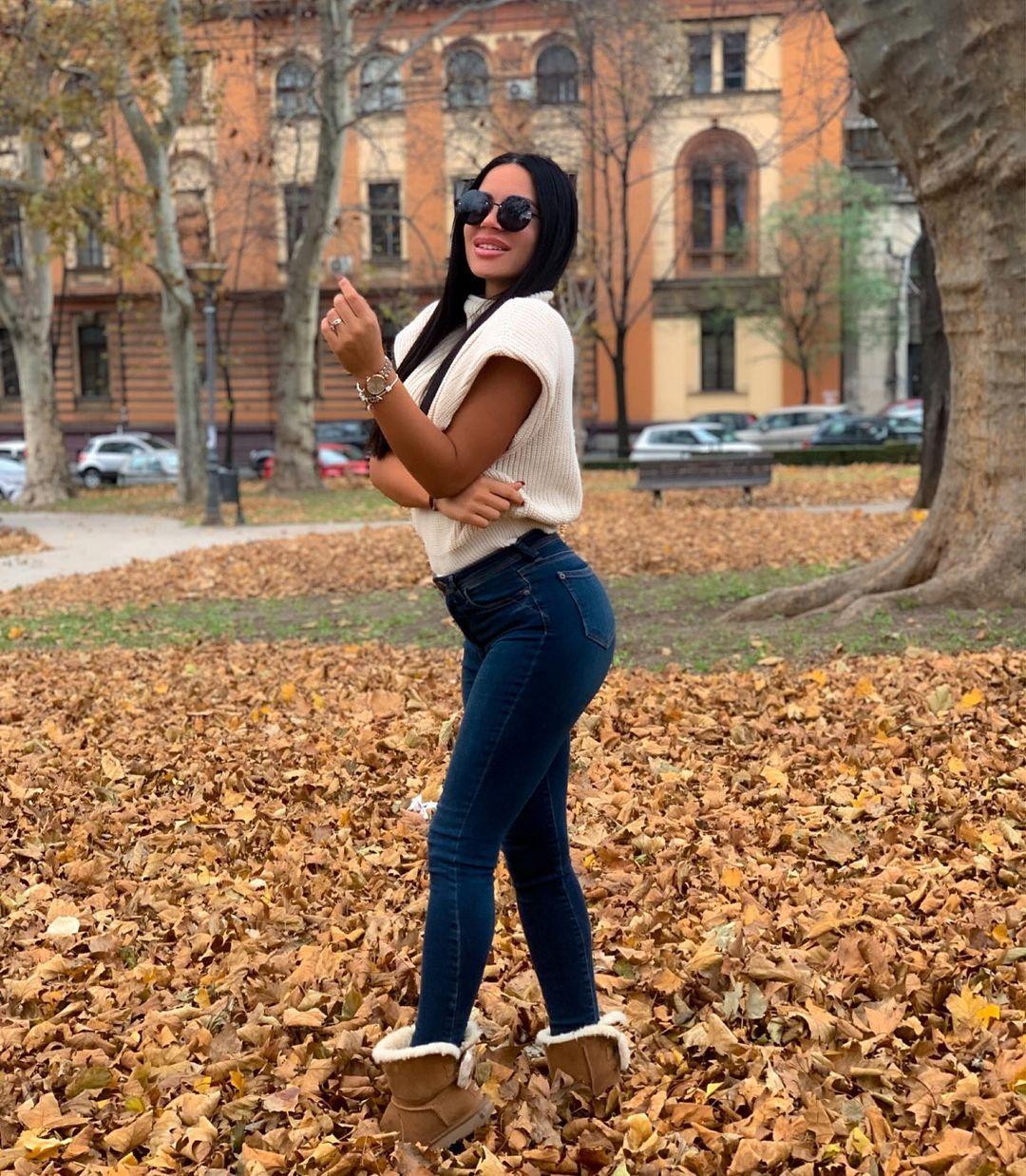 Andrea-Coco-Wallpapers-Insta-Fit-Bio-1