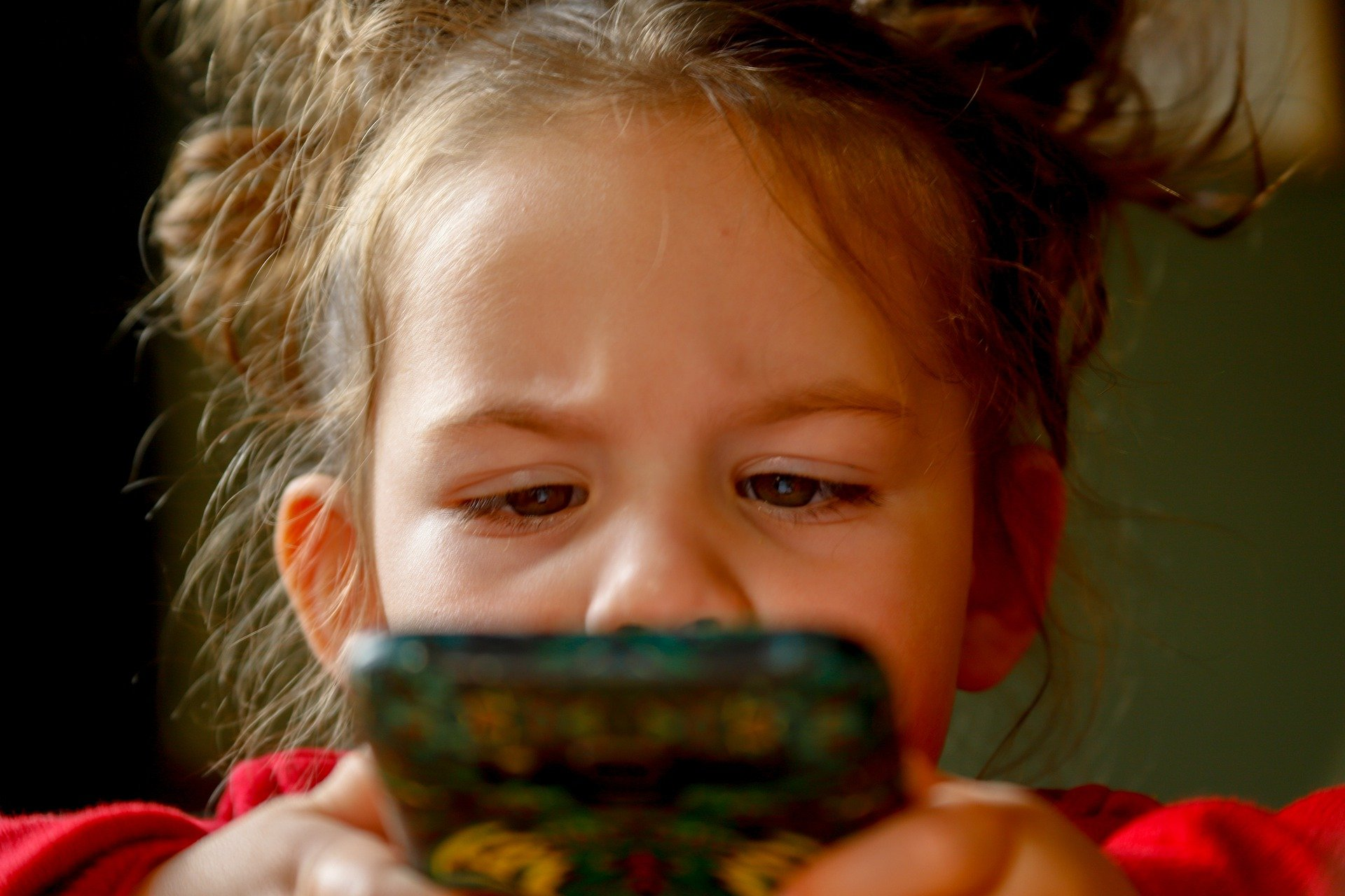 Tablet e smartphone, i rischi per i bambini