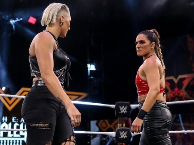 Raquel Gonzales ataca a Rhea Ripley despues de vencer a Dakota Kai