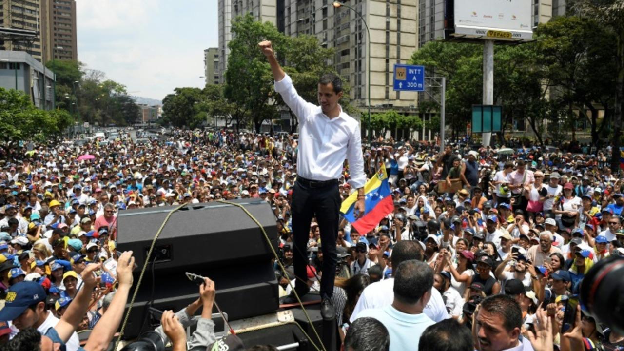 Guaidó recibe masivo apoyo tras rebelión militar y Maduro promete mano dura