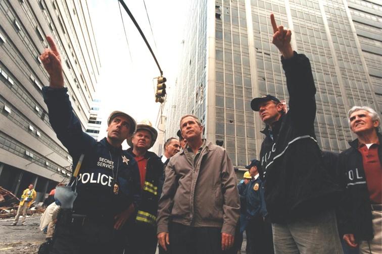 El presidente George Bush visita la Zona Cero tras los atentados del 11-S