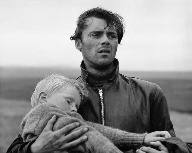 Dirk-Bogarde-with-Jon-Whiteley-in-HUNTED-Charles-Crichton-1952