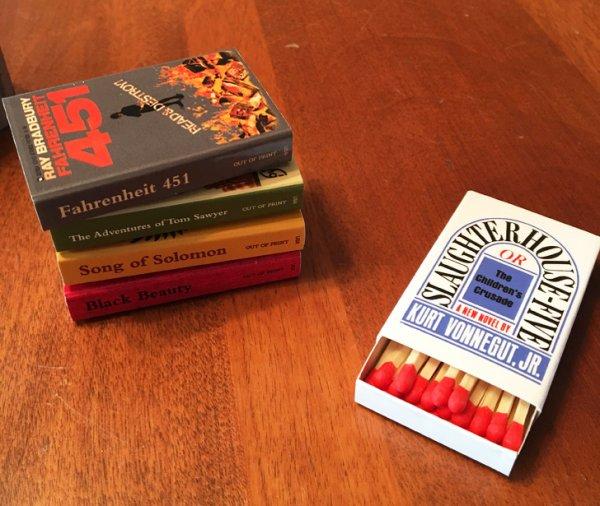 Спичечные коробки сделаны в виде обложек популярных книг