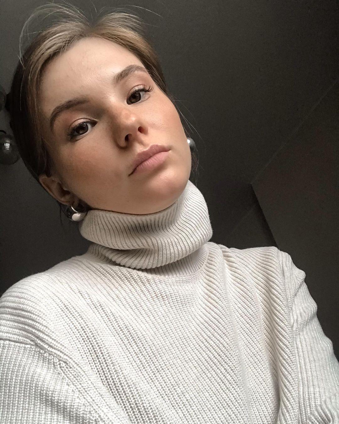 Anna-Kudinova-Wallpapers-Insta-Fit-Bio-10