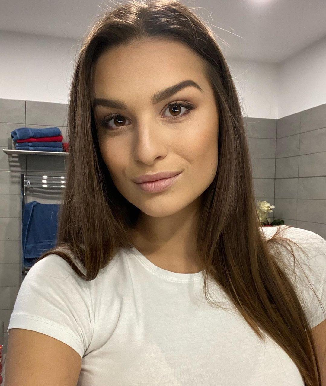 Dominika-Vinsova-Wallpapers-Insta-Fit-Bio-8