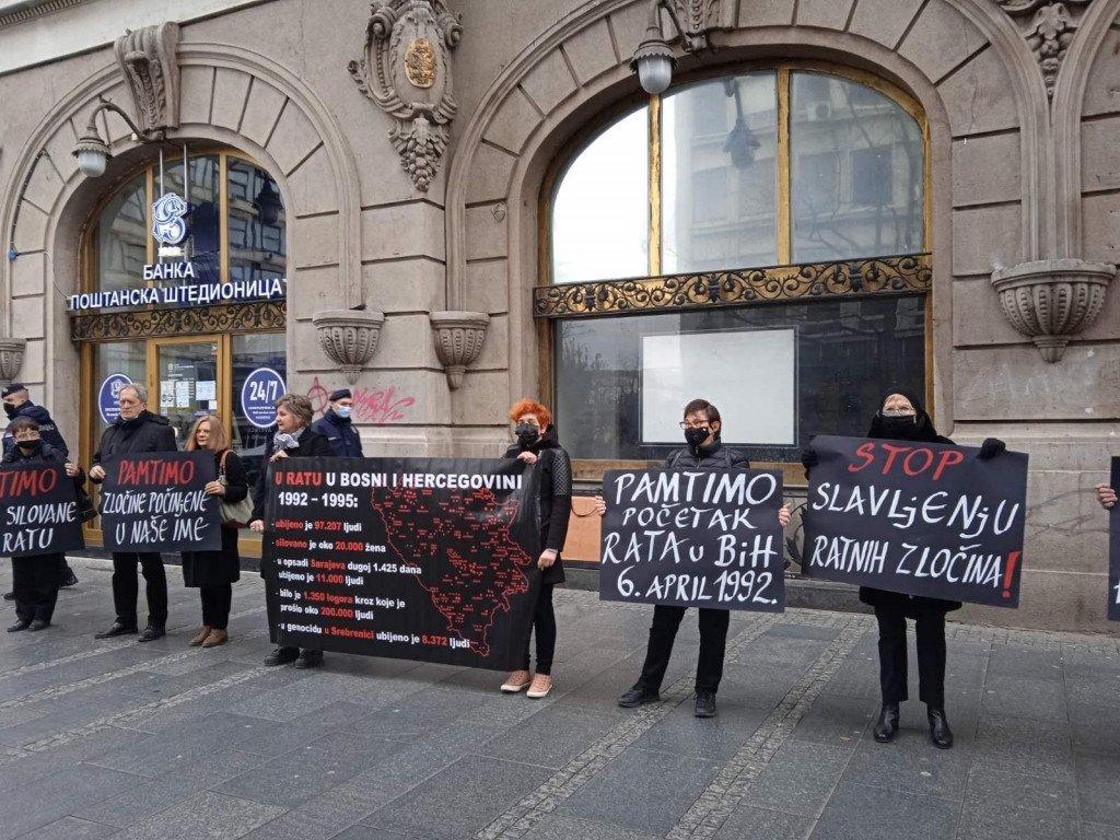 PAMTIMO ZLOČINE I SUOSJEĆAMO SE SA ŽRTVAMA! 'Žene u crnom' u Beogradu obilježile godišnjicu početka opsade Sarajeva!