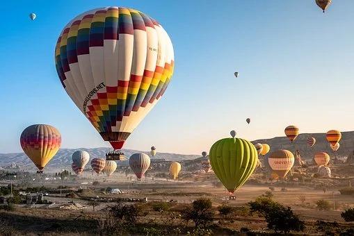 Dorośli kochają takie niespodzianki jak latanie balonem.