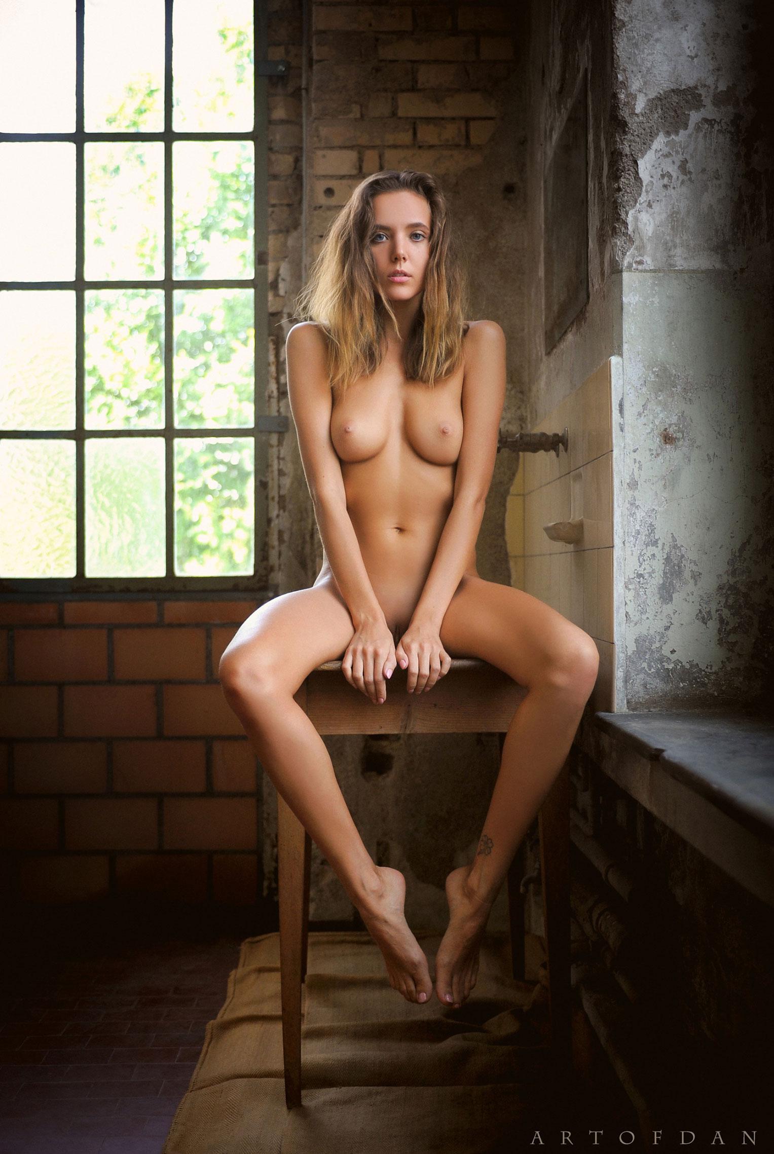 голая Катя в полуразрушенном доме / фото 12
