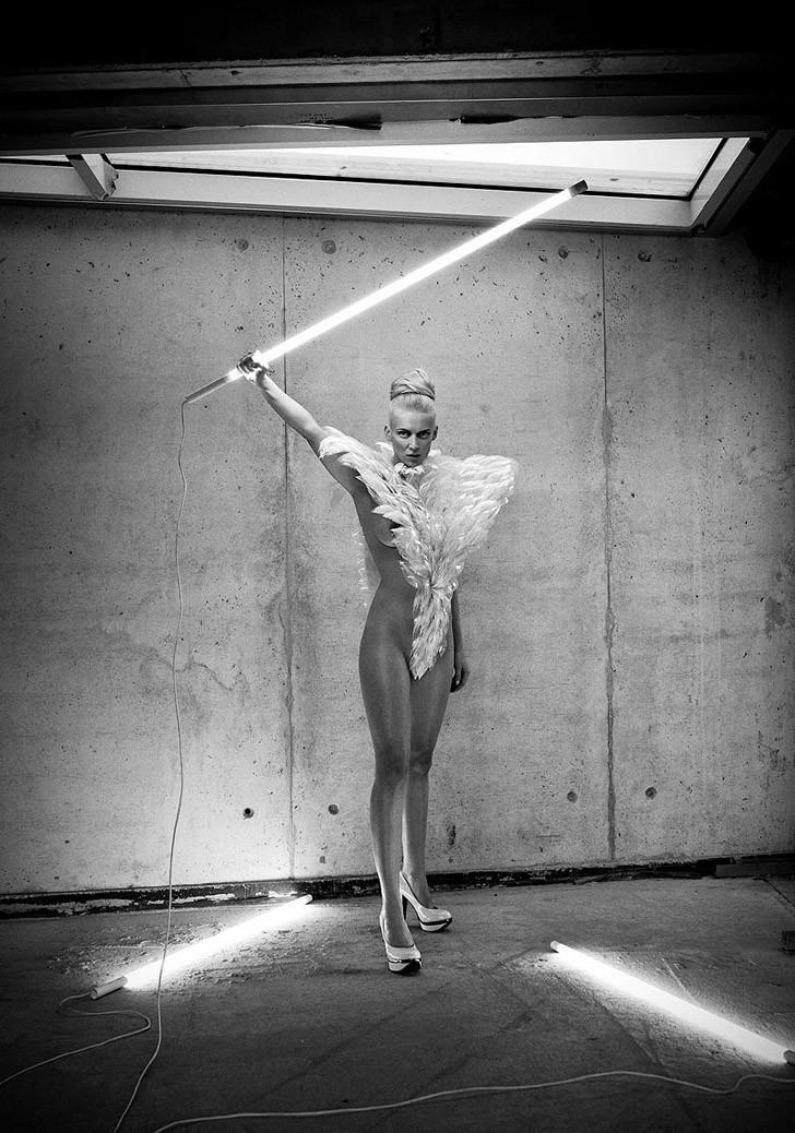 Динамичная красота в эротичных фотографиях Саймона Бродзиака 1