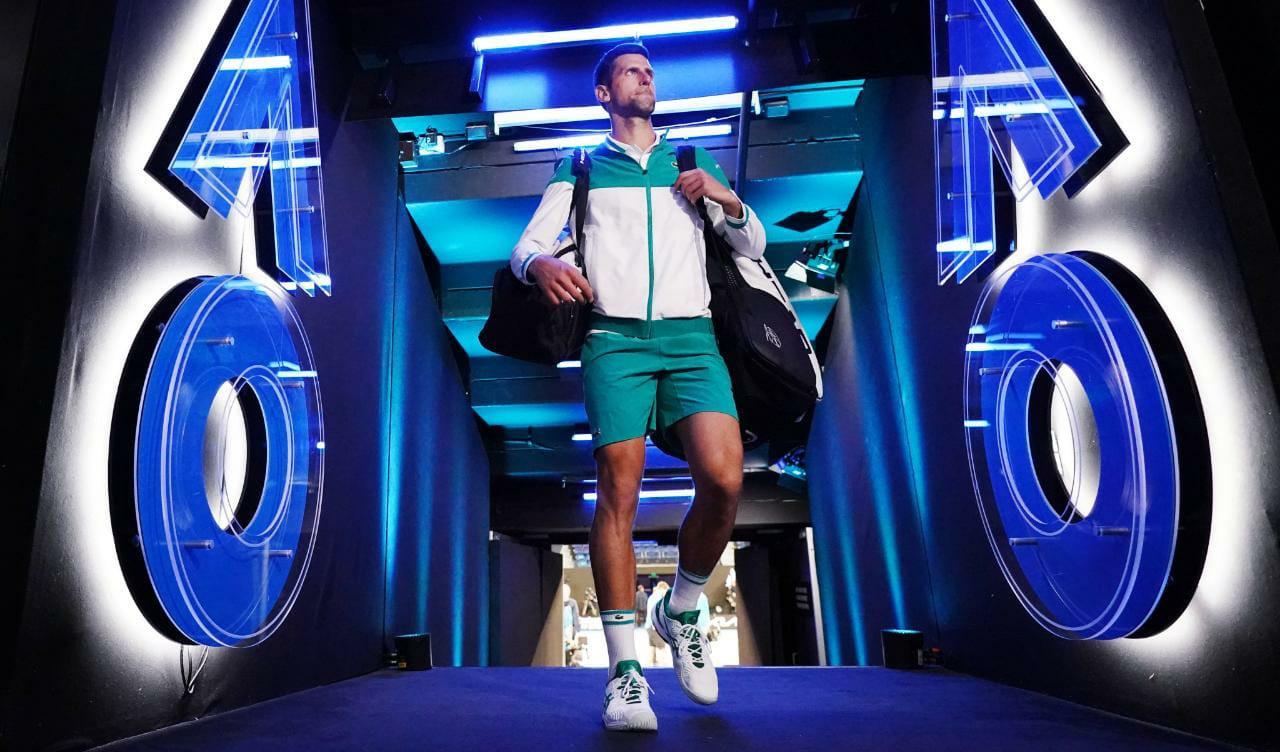 Novak Djokovic se prepara para entrar em quadra em partida contra o russo Aslan Karatsev
