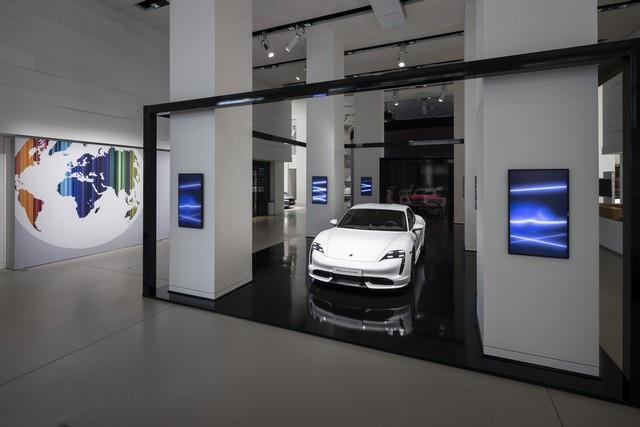 Porsche inaugure l'exposition « Porsche - Pionnier de la mobilité électrique» à Berlin  S20-3102-fine